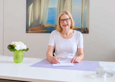 Dr. Beushausen an ihrem Schreibtisch