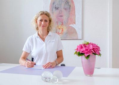Dr. Fehling an ihrem Schreibtisch